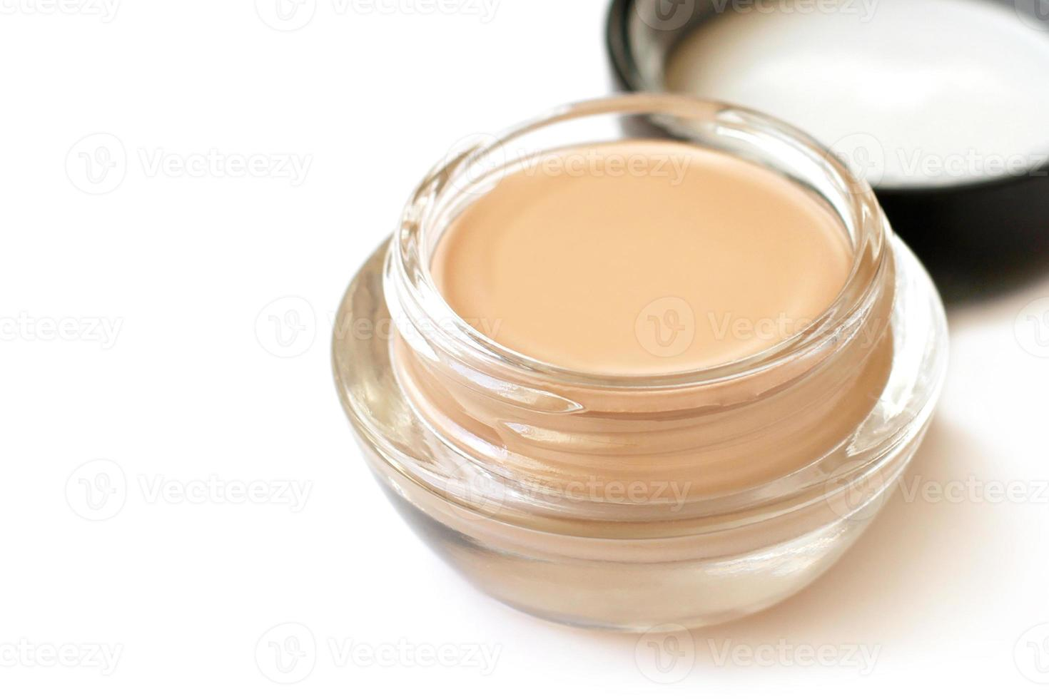 tonale crème in glazen pot op witte achtergrond foto