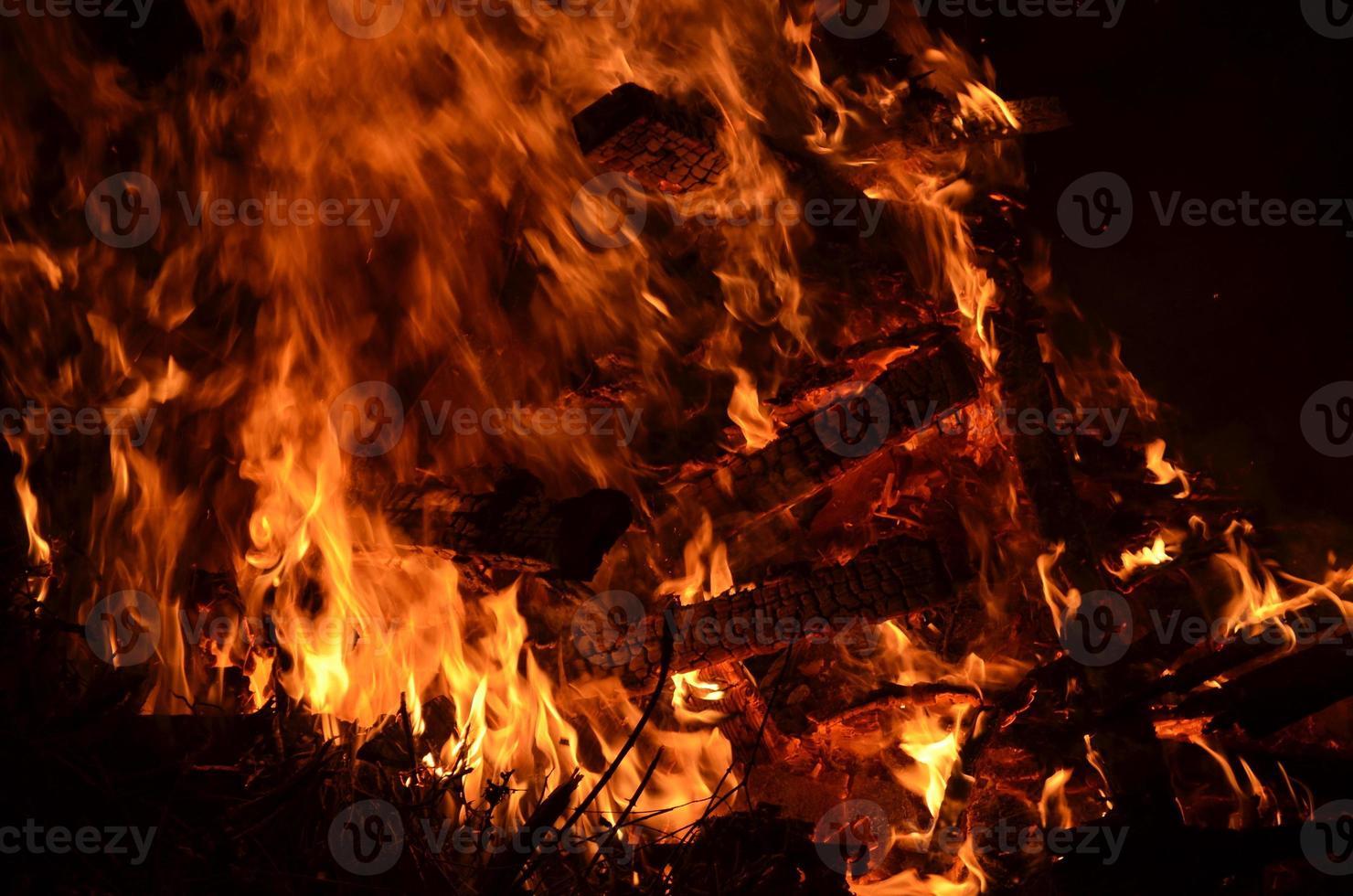 brandend hout en sintels. foto