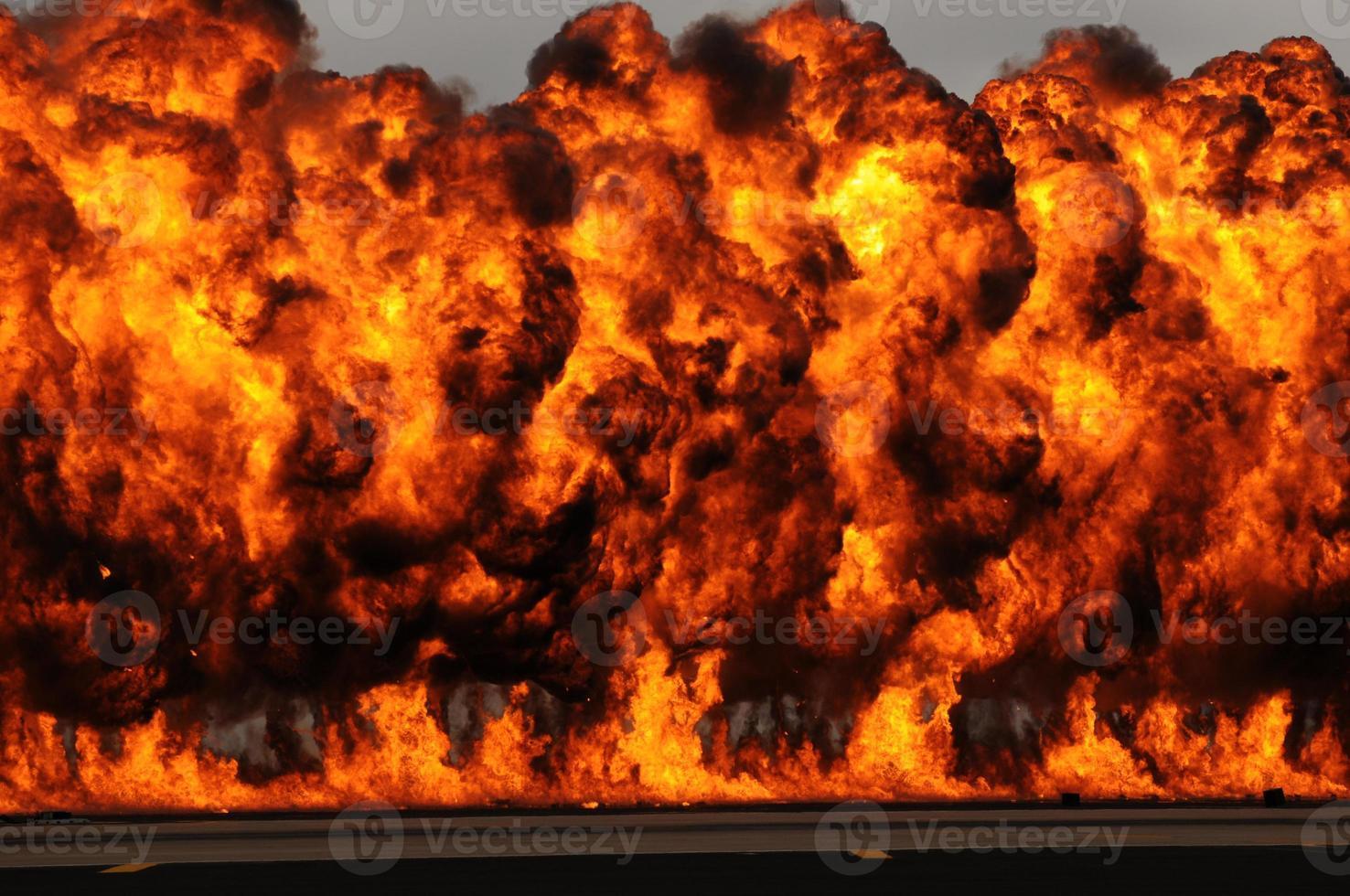 grote explosie met enorme oranje vlammen in de lucht foto