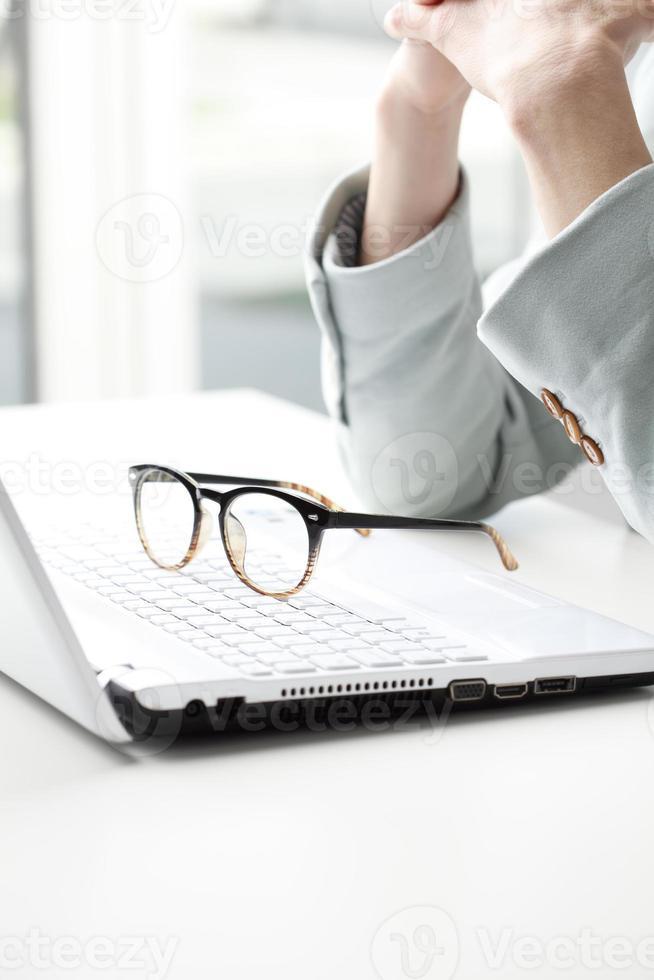 zakenvrouw die op laptop werkt. foto