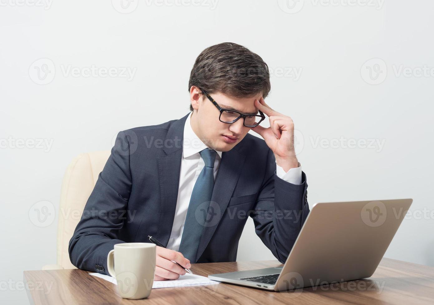 zakenlieden die met laptop werken foto