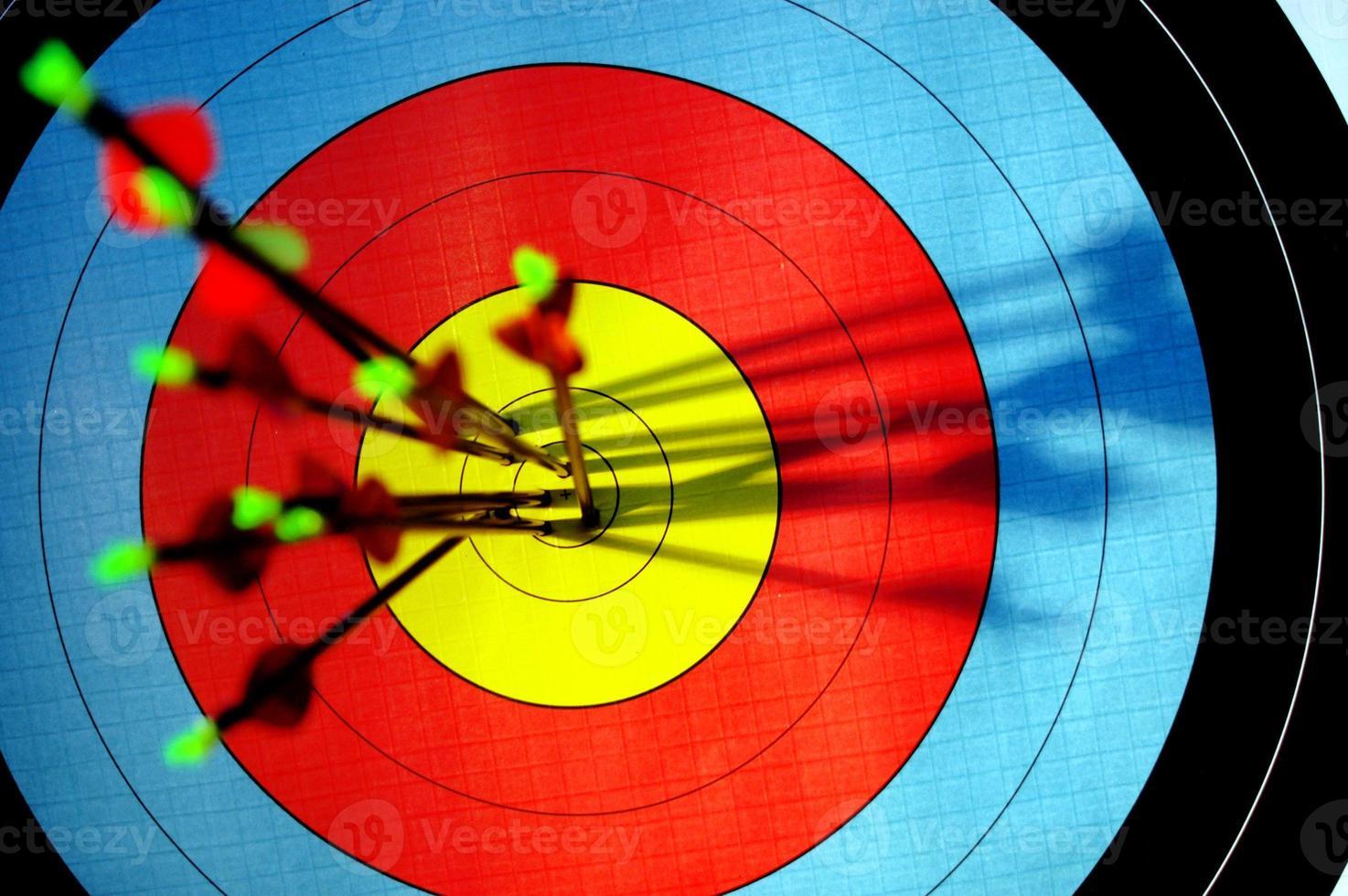 pijlen in bulls eye van boogschietendoel foto