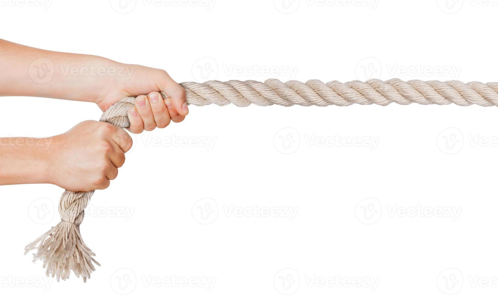 handen trekken een touw. geïsoleerde witte achtergrond foto