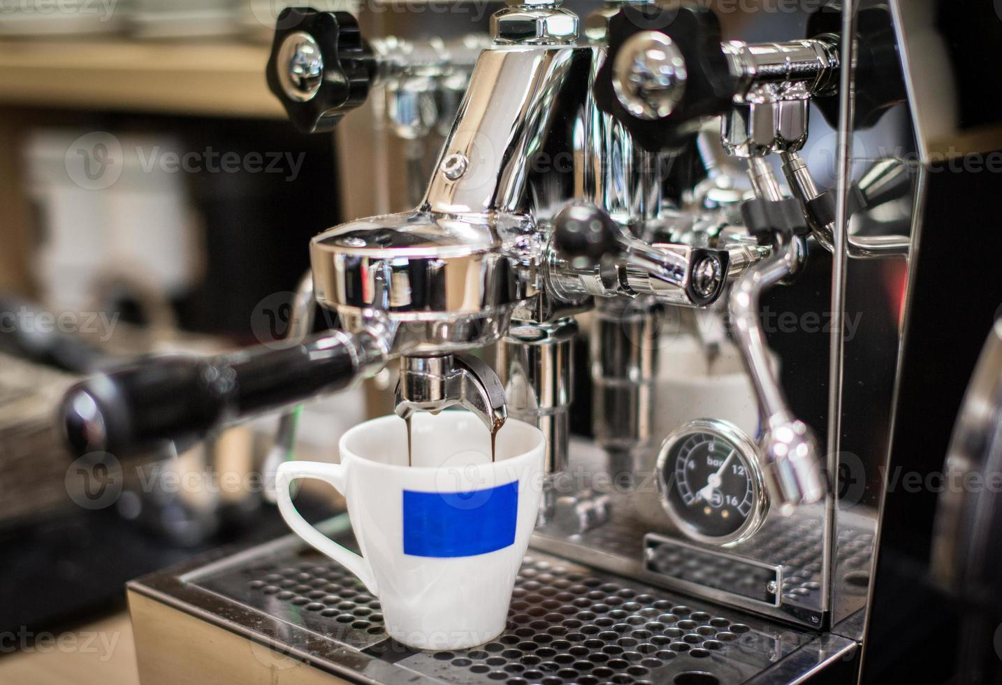 espresso maken met een klassiek Italiaans design koffiezetapparaat foto