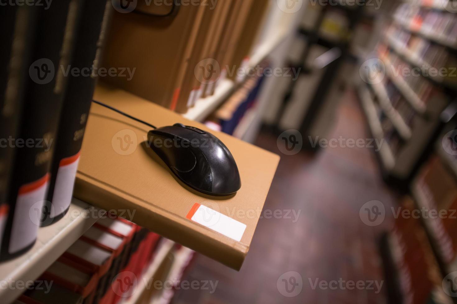 computermuis in een bibliotheek foto