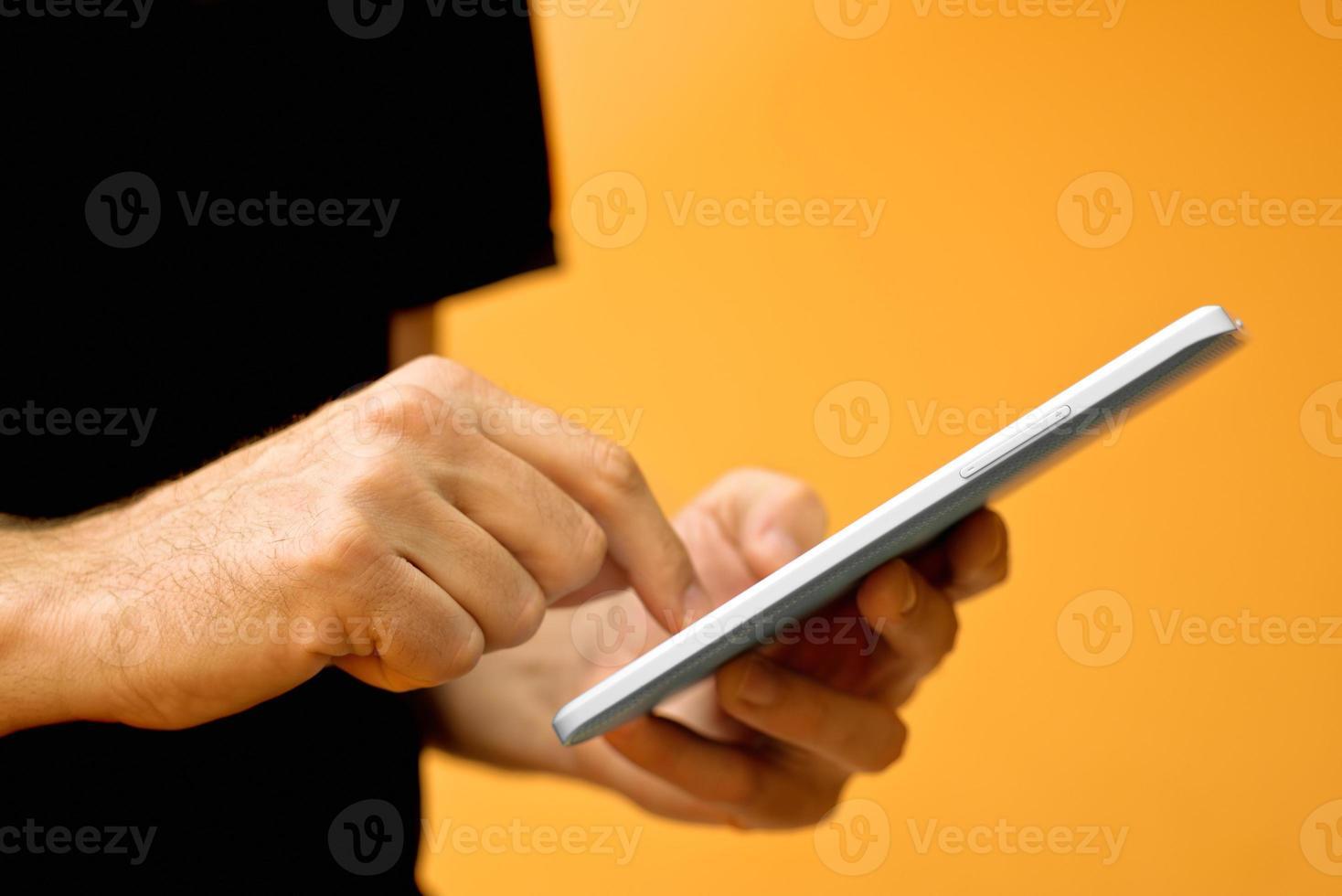 handen met tabletcomputer foto