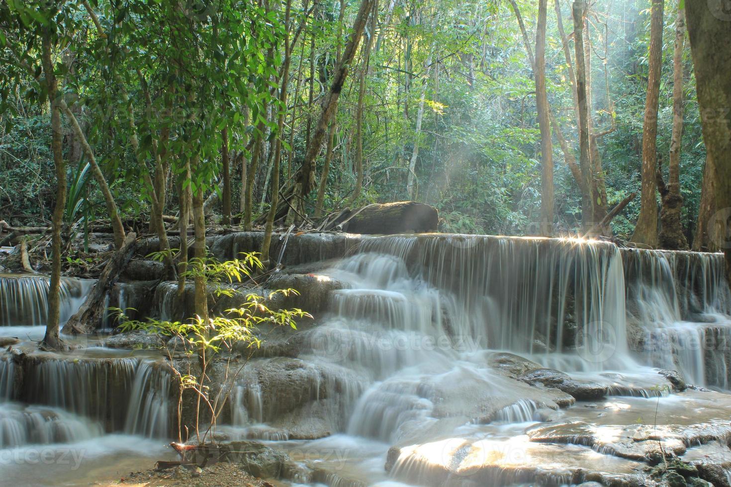 huay mae kamin waterval in de provincie kanchanaburi foto