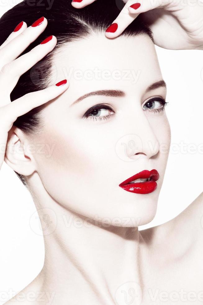 brunette met rode lippenstift foto