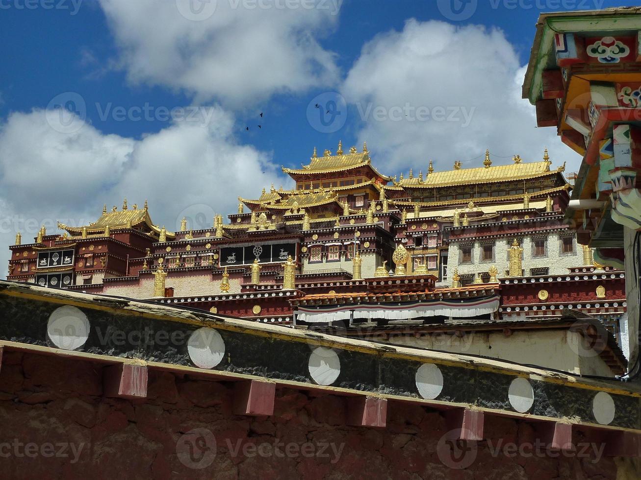 Ganden Sumtseling klooster, Tibetaanse boeddhistische tempel in Yunnan, China foto