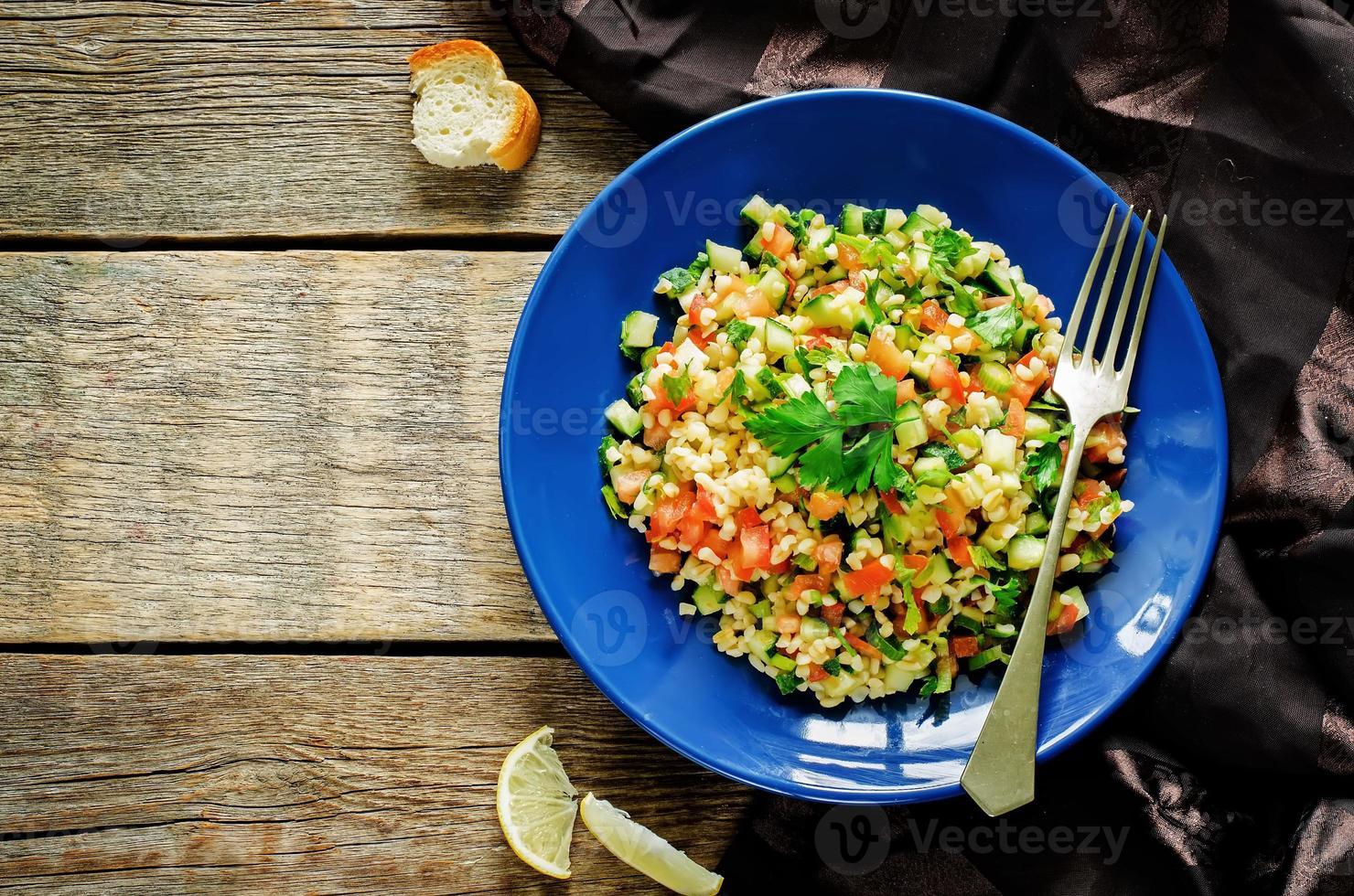 salade met bulgur en groenten, tabouleh foto