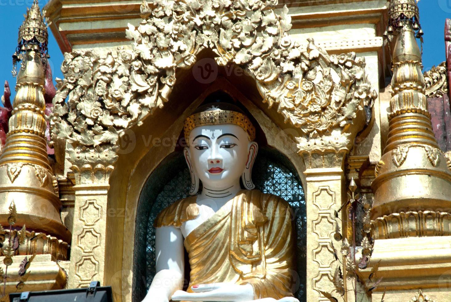 witte Boeddha in gouden pagode, myanmar. foto
