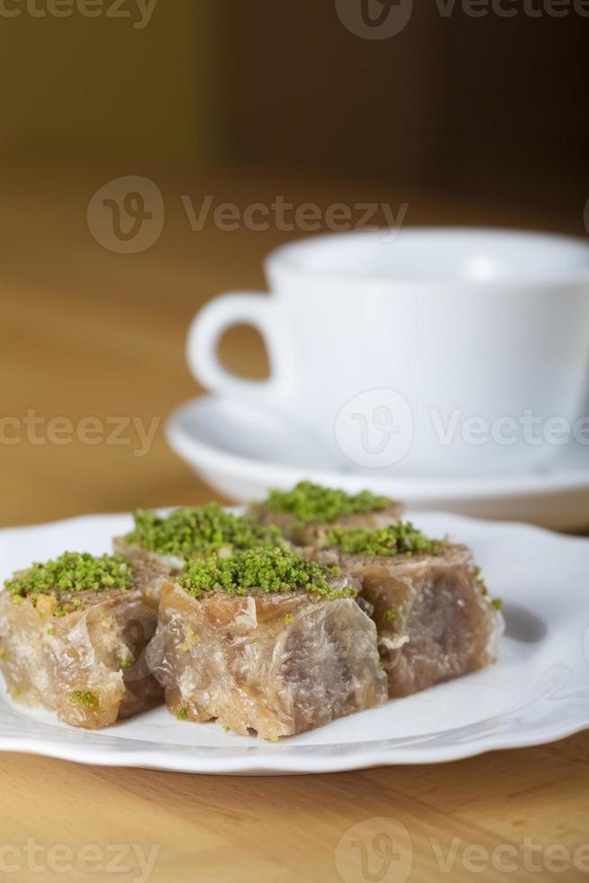 gebak gemaakt van gelaagd filodeeg, honing, pistachenoten en walnoten foto