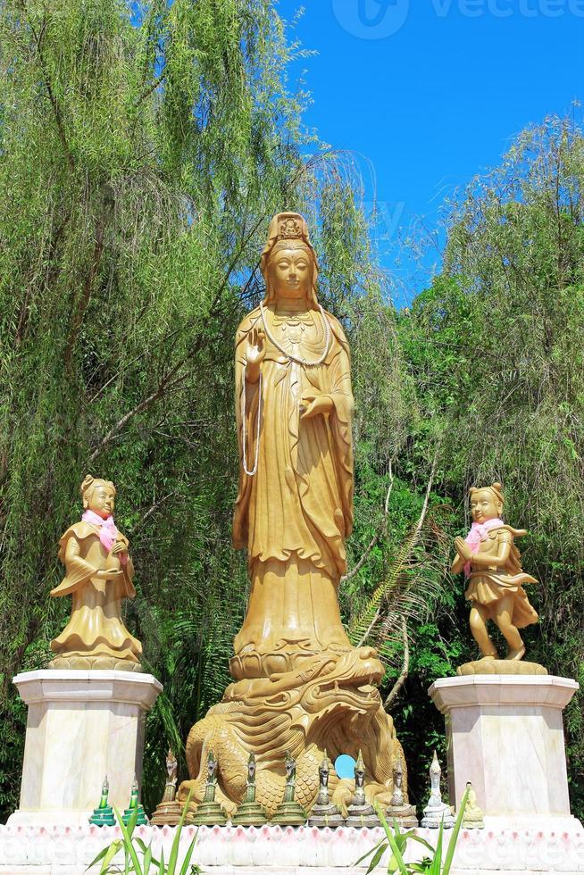 kuan yin met bamboe achtergrond foto