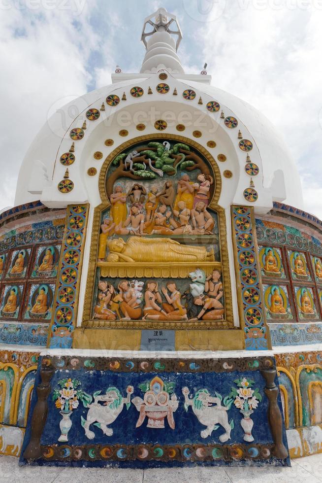 detail van hoge shanti stupa in de buurt van leh foto