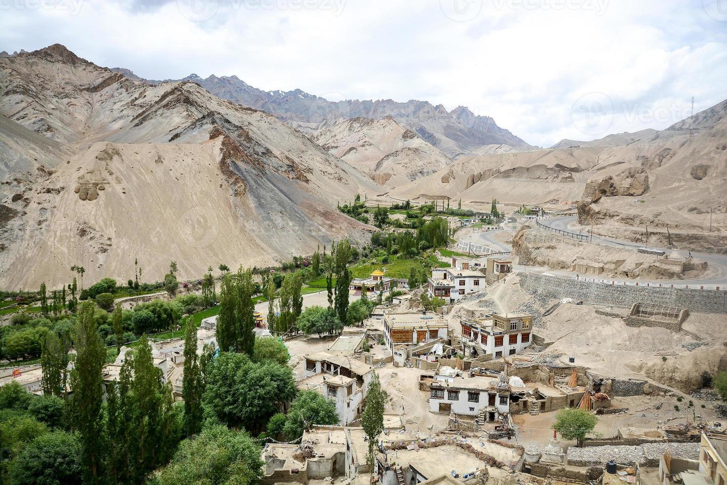 dorp in de buurt van lamayuru klooster, ladakh, india foto