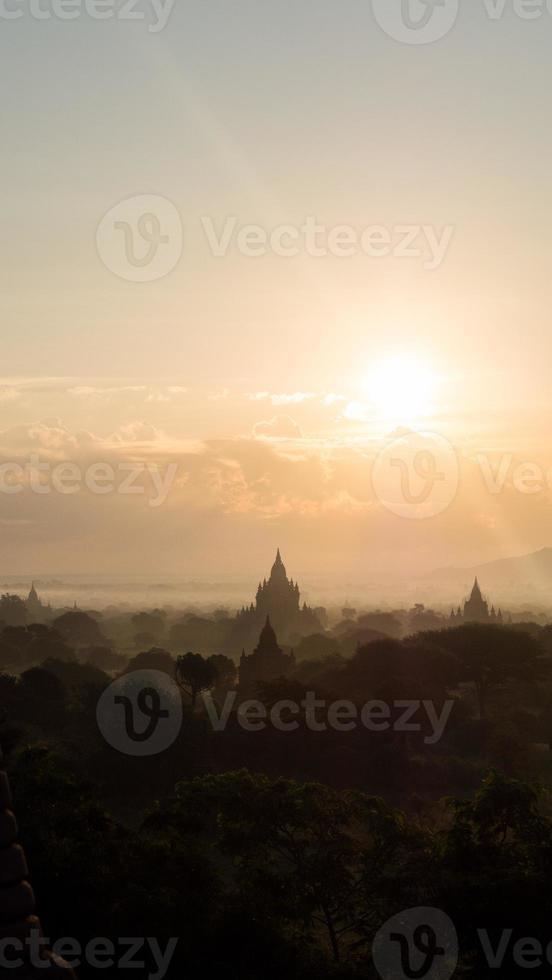 zonsopgang boven bagan, myanmar foto