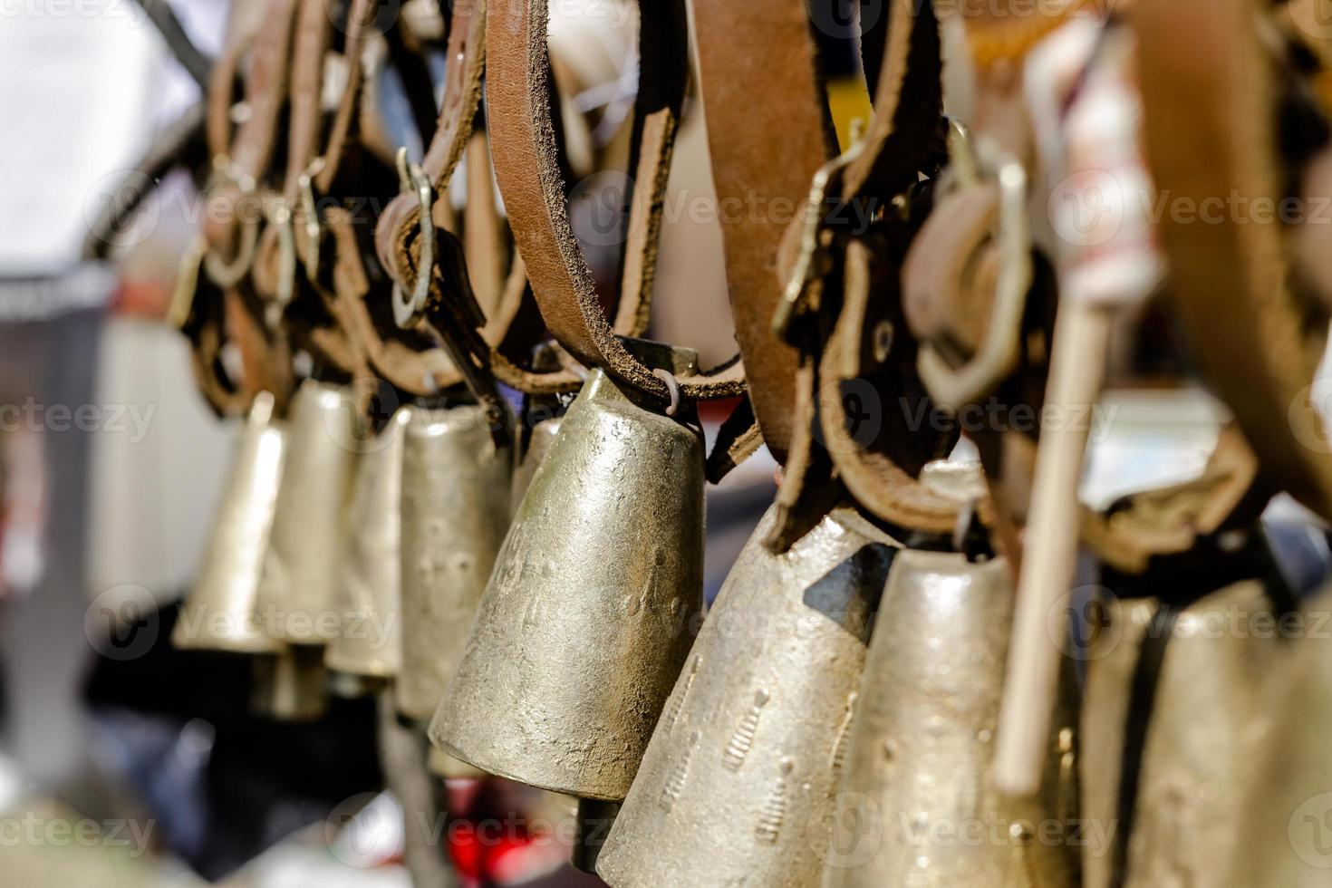 close-up van oude metalen klokken foto