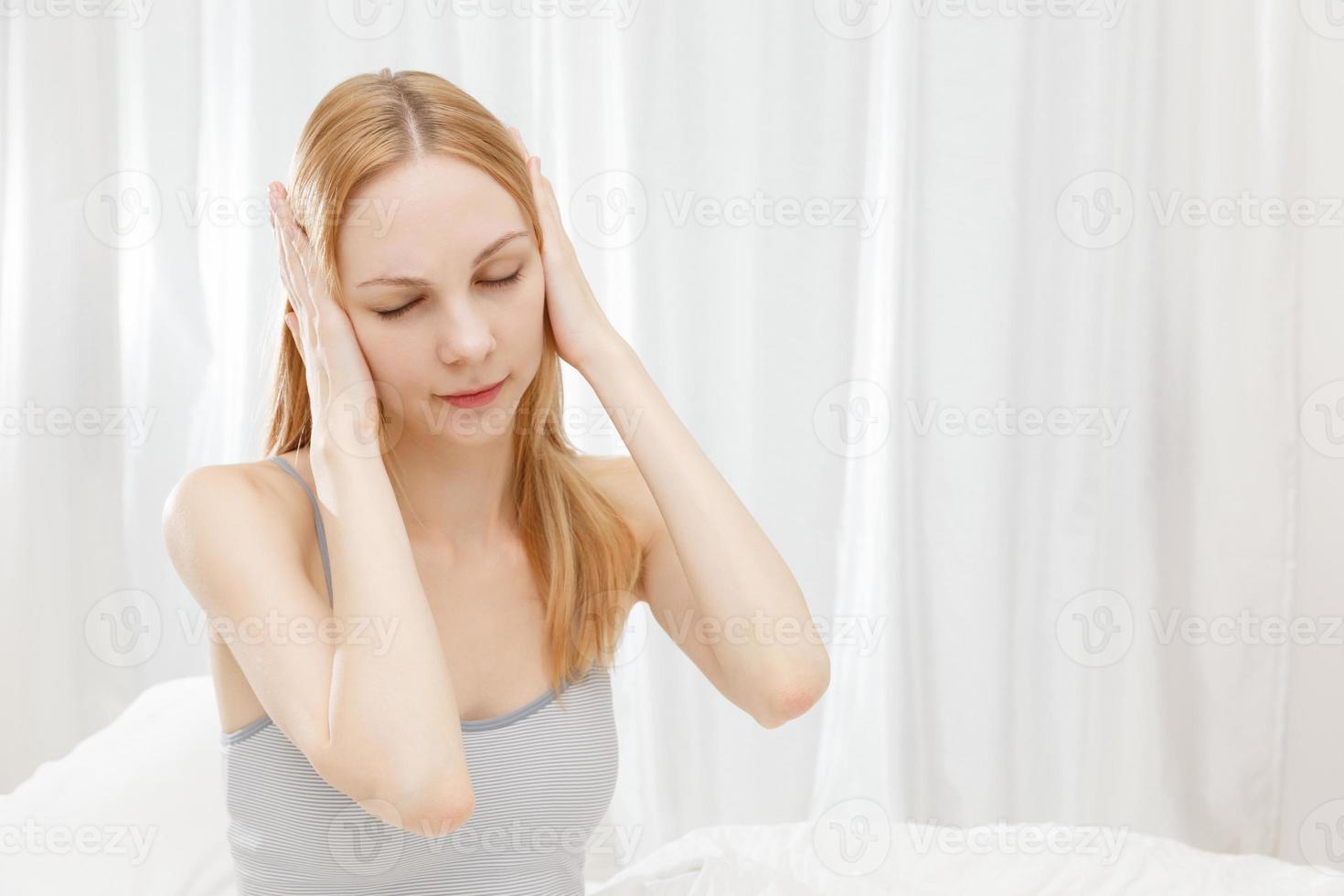 Kaukasische vrouw de oren sluiten foto