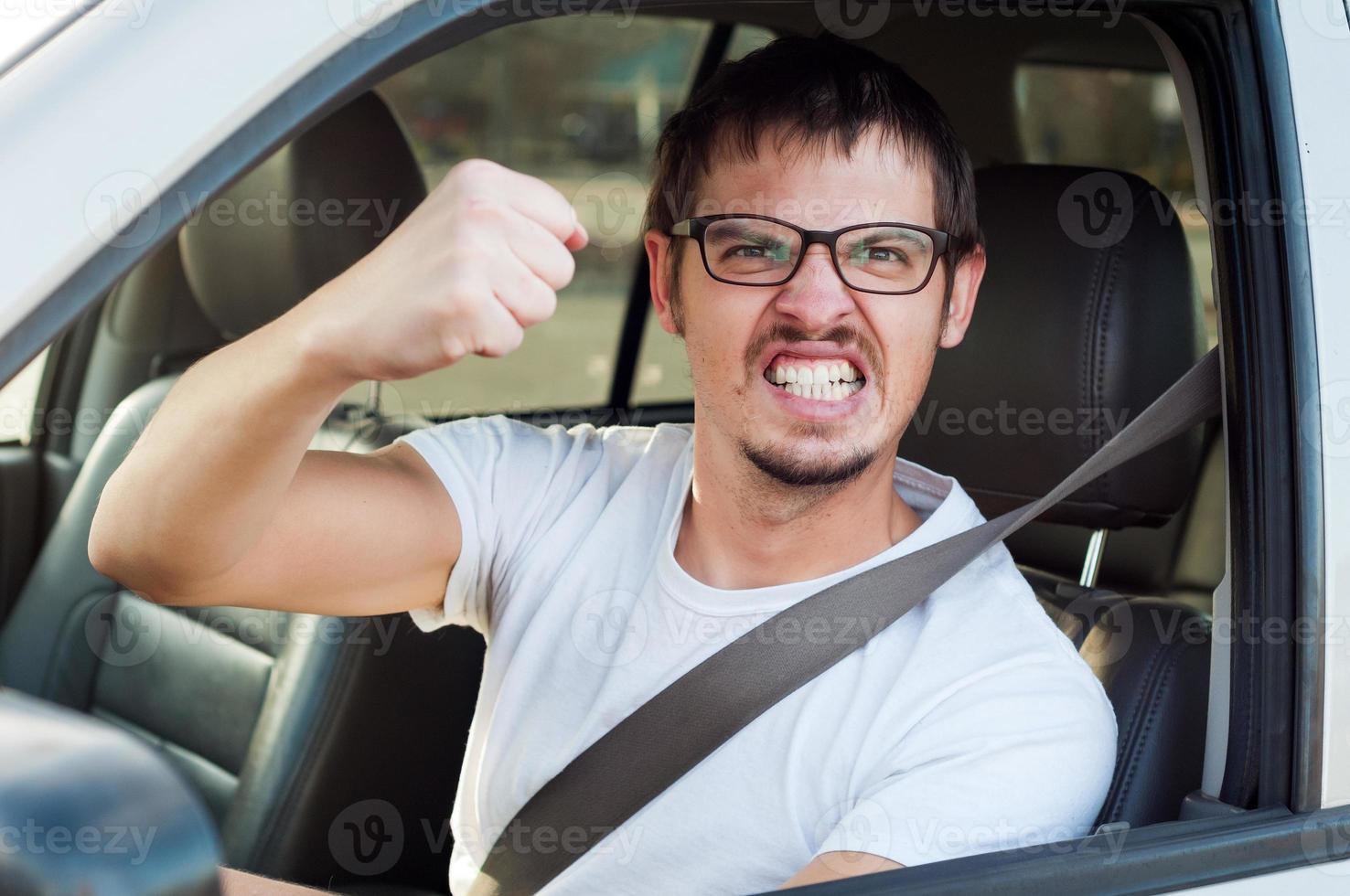mannelijke blanke boos boze chauffeur toont zijn vuist foto