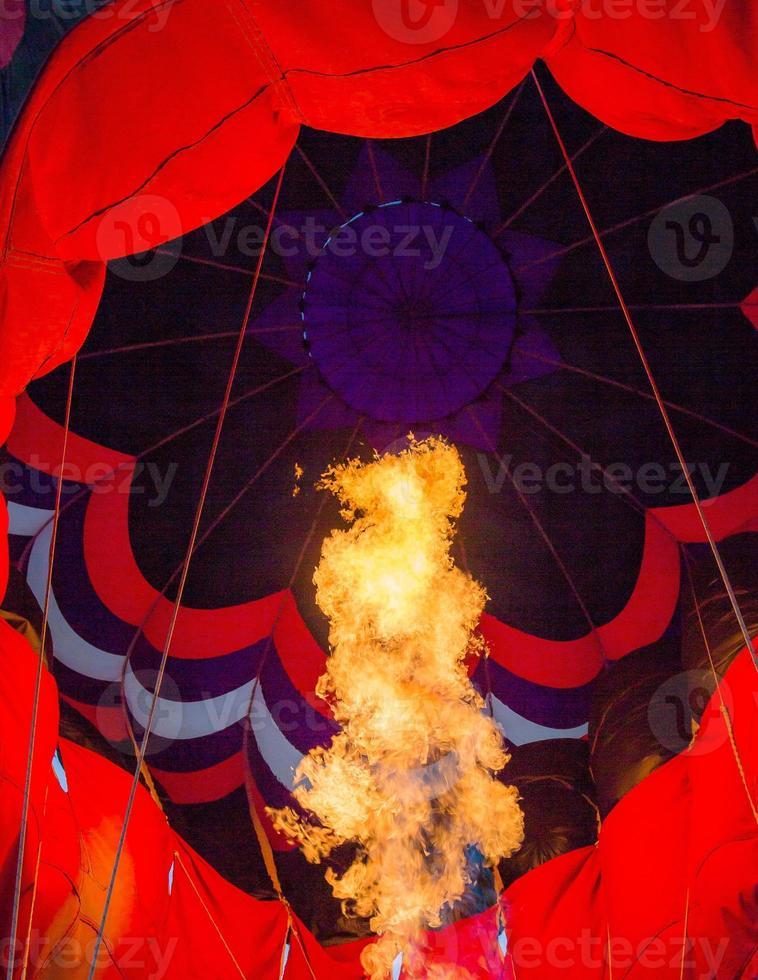 vlammen in de heteluchtballon foto