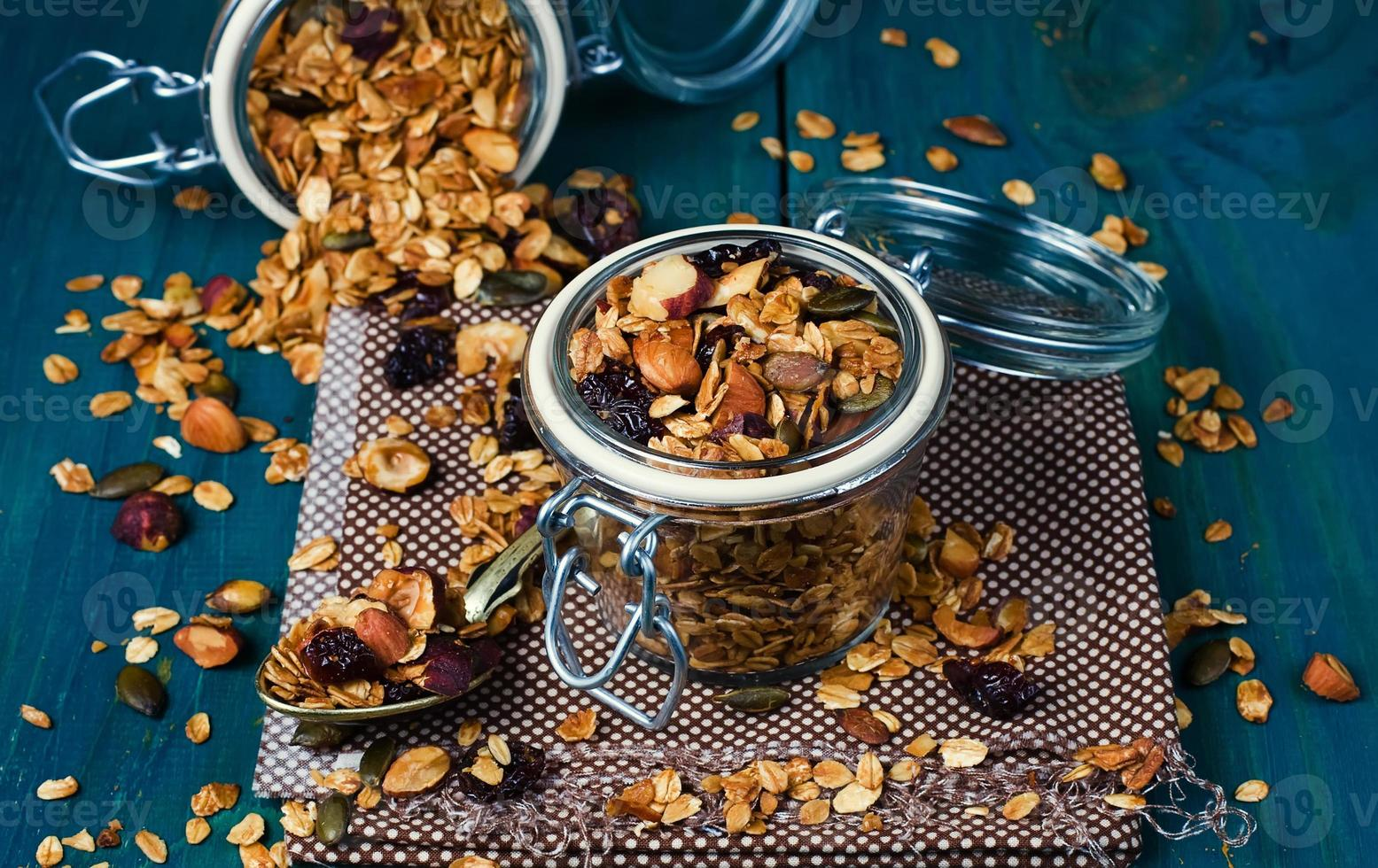 gezonde zelfgemaakte muesli met noten en gedroogde veenbessen foto