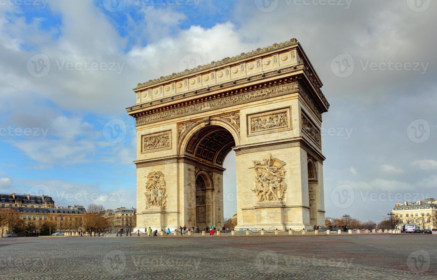 arc de triomphe tegen mooie blauwe hemel foto
