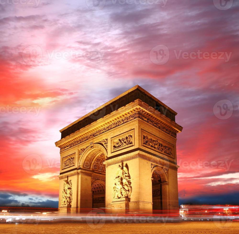 beroemde Arc de Triomphe in de avond, Parijs, Frankrijk foto