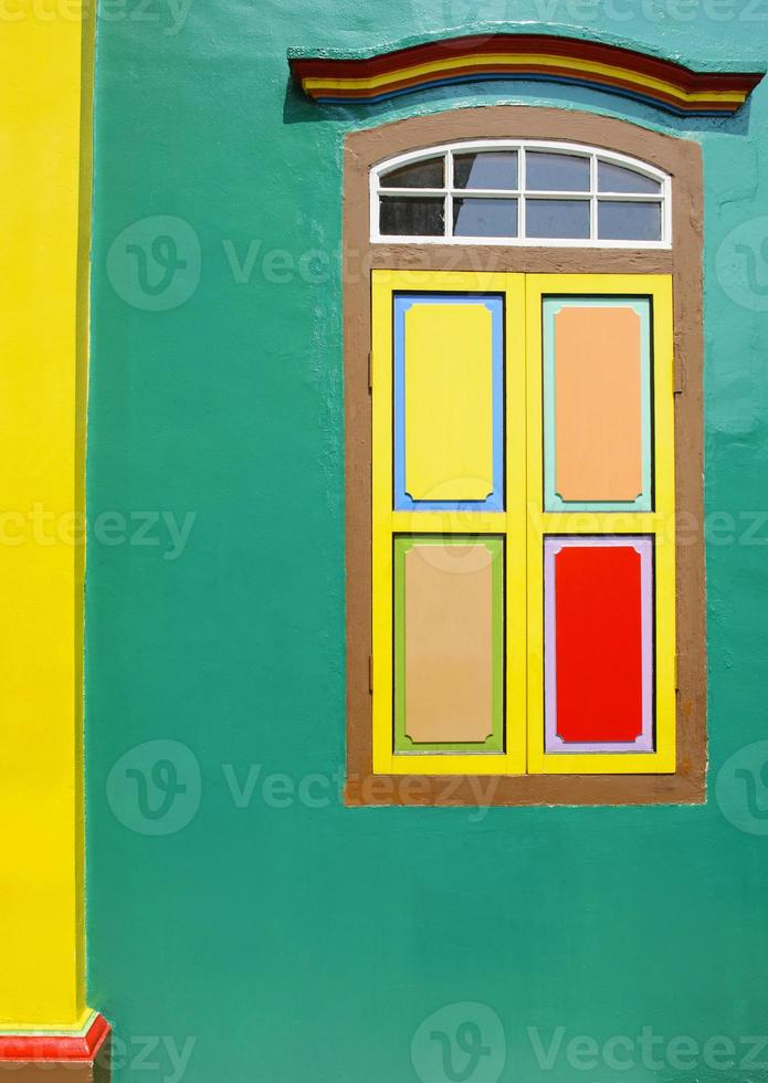 groene muur en ramen in de Indiase cultuur foto