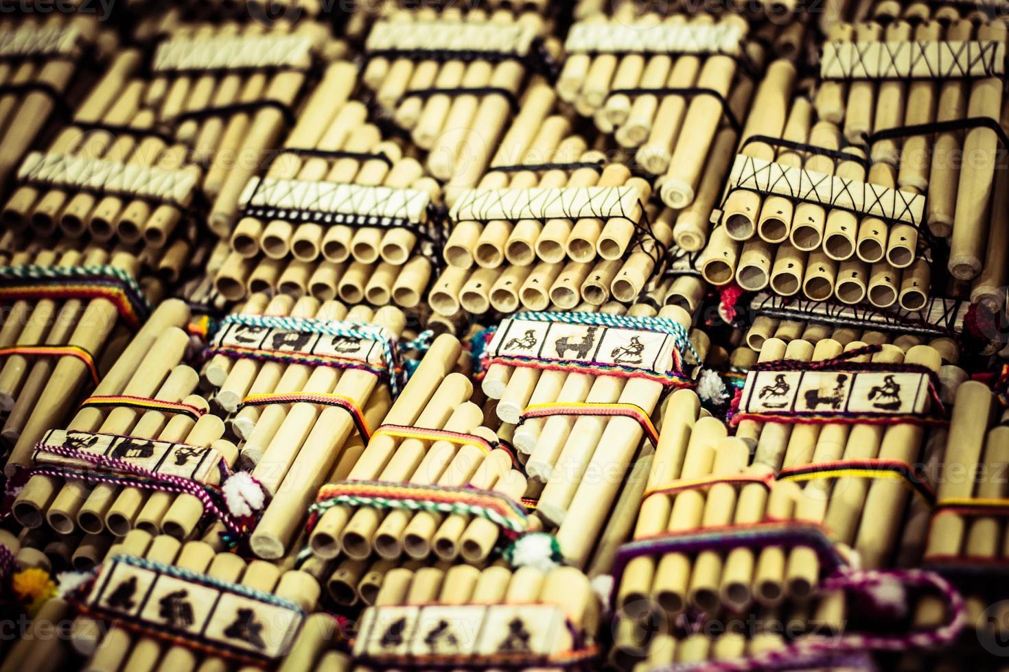 authentieke Zuid-Amerikaanse panfluiten in lokale markt Peru. foto