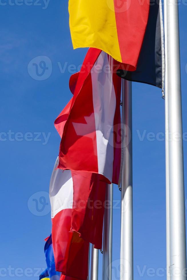 vlaggen wapperen in de wind foto