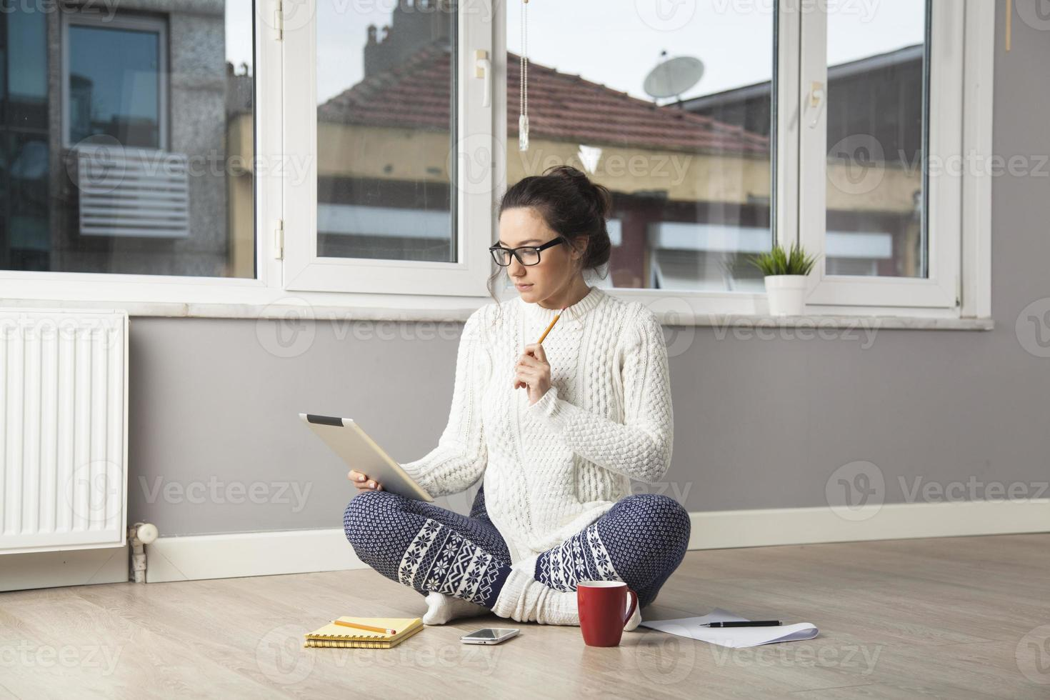 jonge vrouw met touchscreen tabletcomputer foto