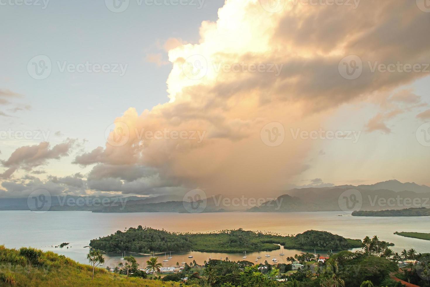 savusavu jachthaven en nawi-eilandje, vanua levu-eiland, fiji foto
