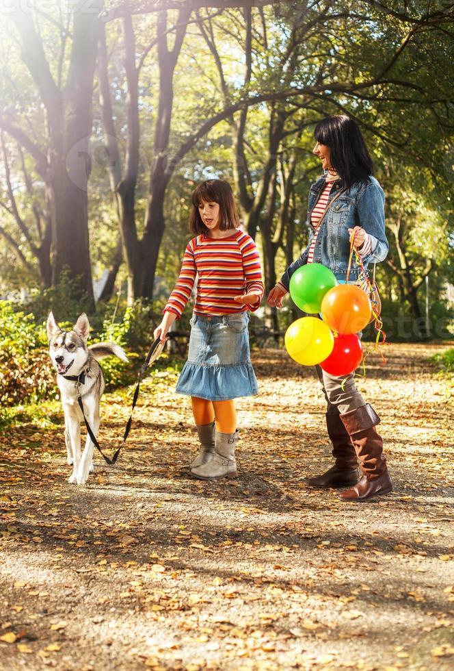 wandelen in het park en gelukkige familie foto