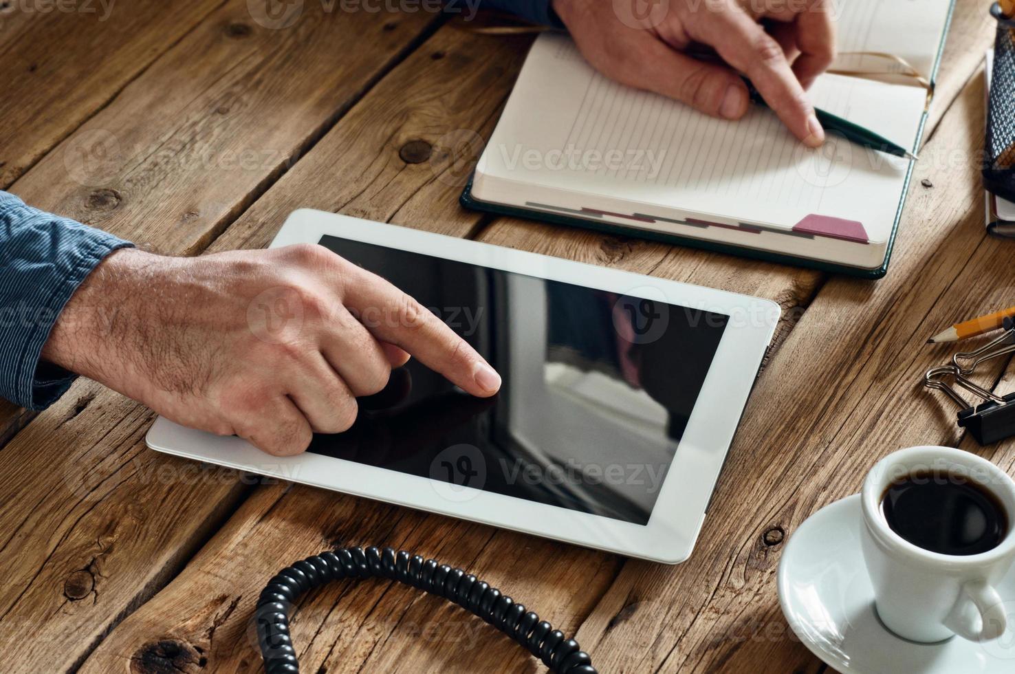 man klikt op de tablet-computer met leeg scherm foto