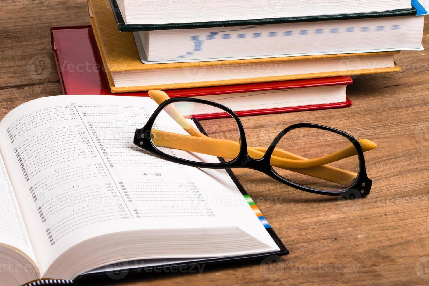 brillen en boeken foto