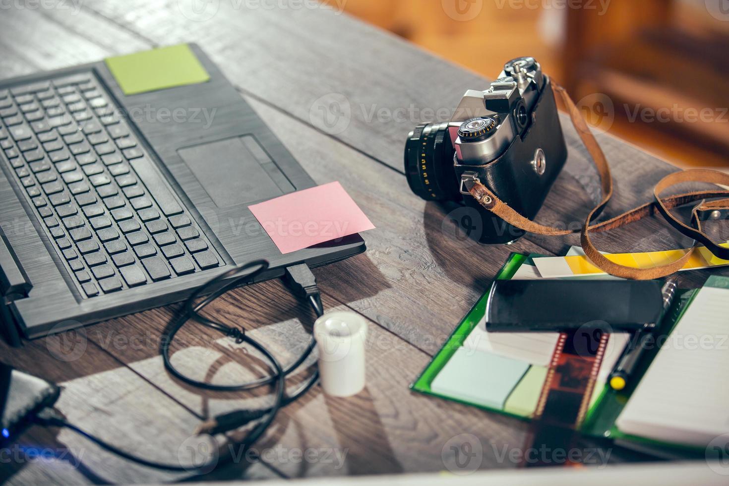 desktop mix op een houten kantoor tafel foto