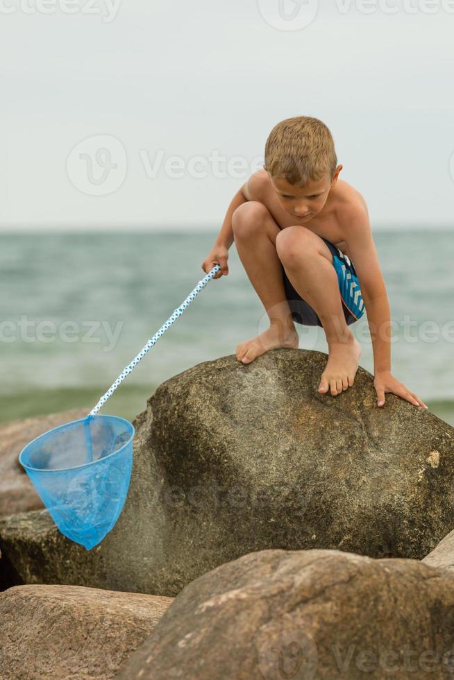 jongen op het strand foto