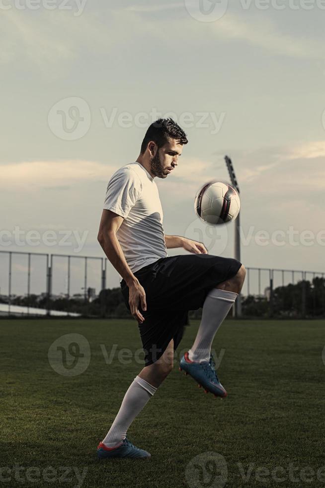 voetbalspeler maakt trucs foto
