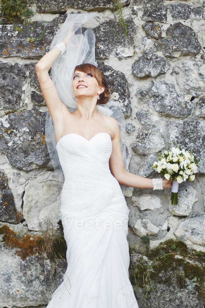 prachtige jonge bruid genieten van trouwdag. zomer pasgetrouwde. foto