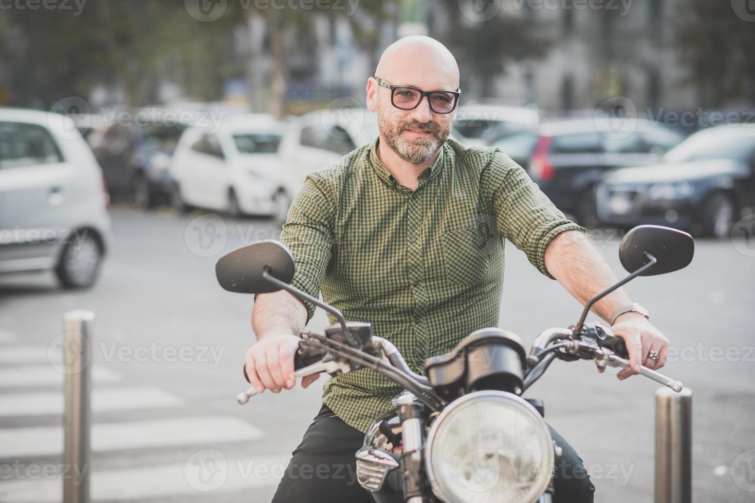 knappe man van middelbare leeftijd motorrijder foto