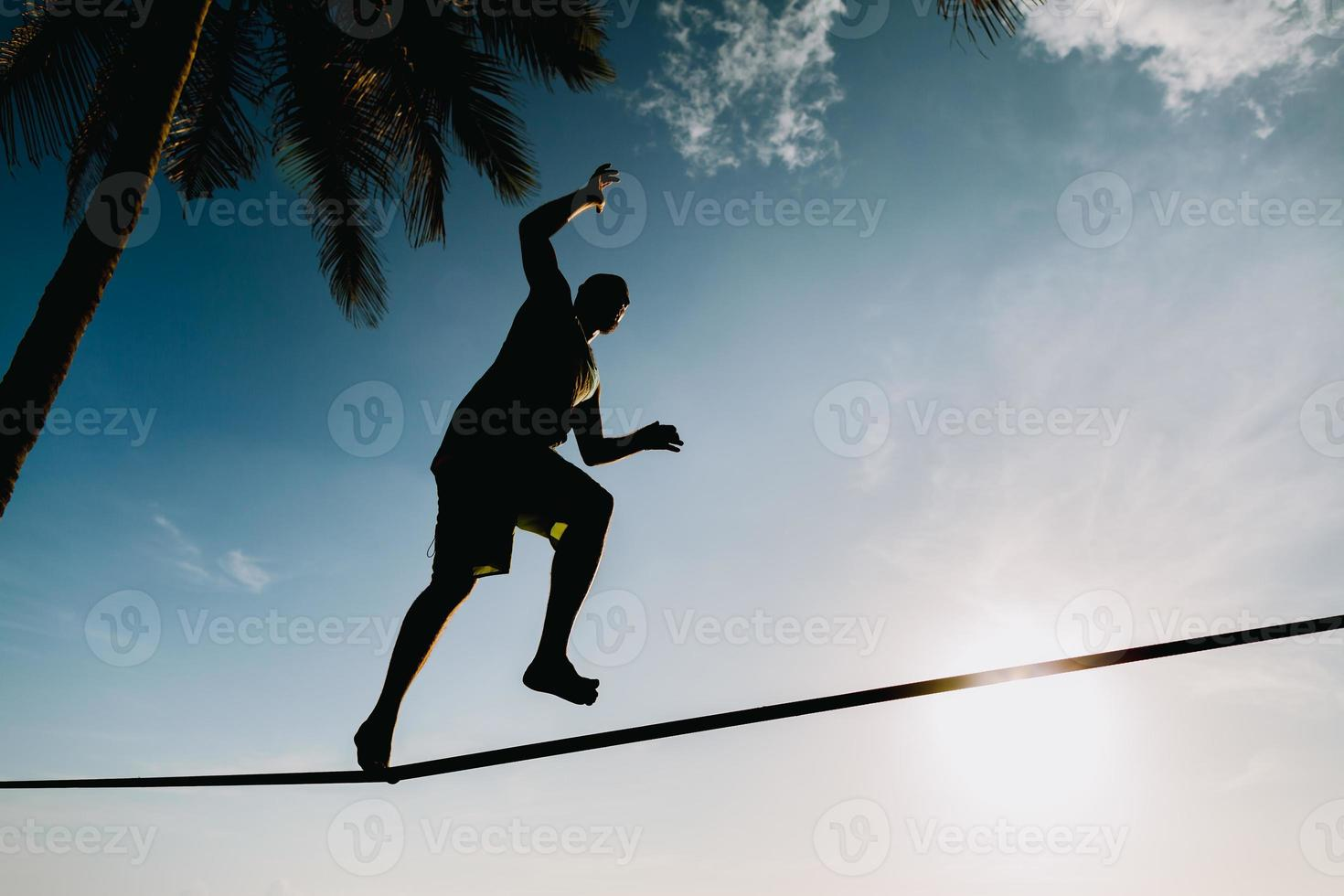 man balanceren op slappe lijn uitzicht van onderen foto