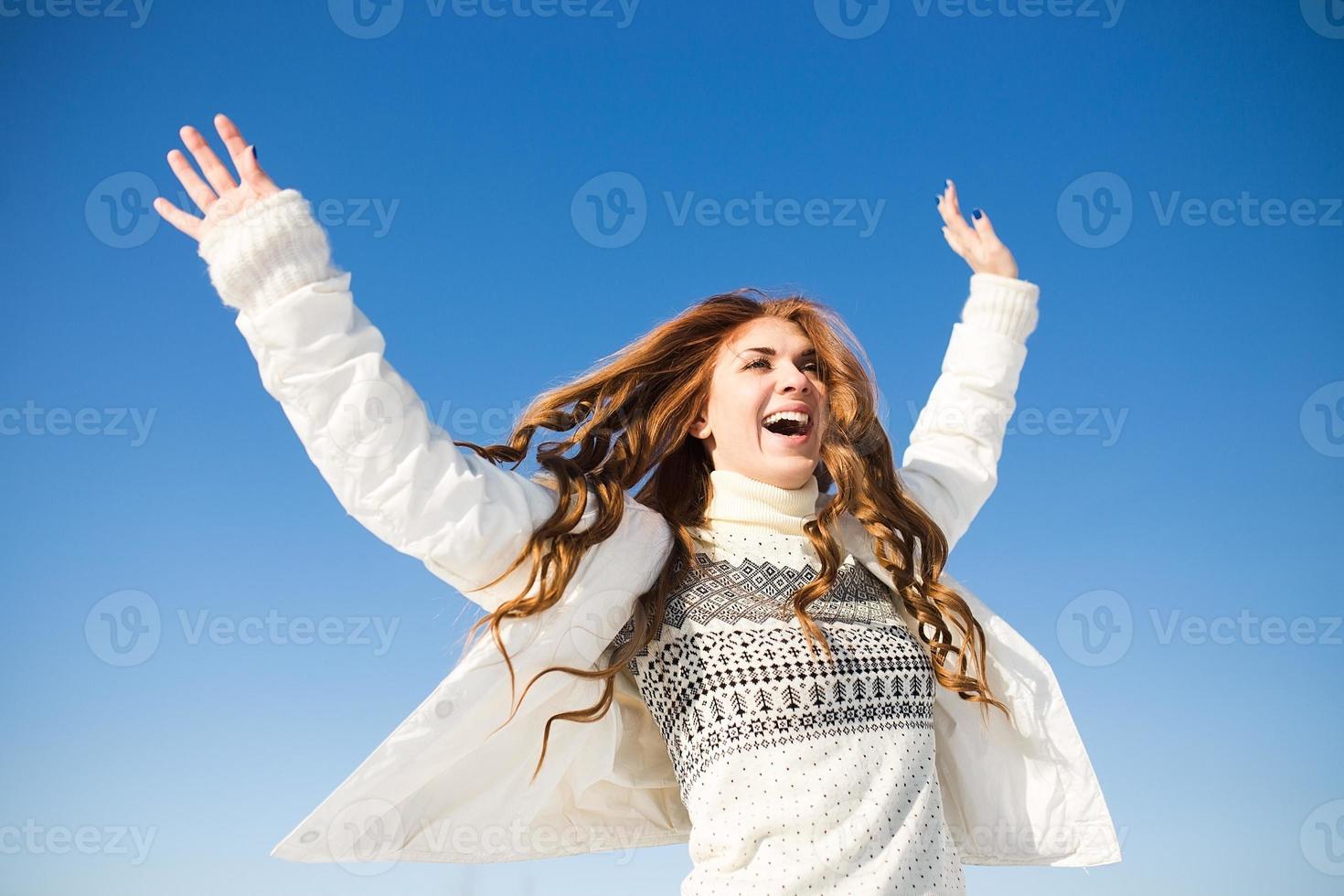 gelukkige jonge vrouw veel plezier en geniet van verse sneeuw foto