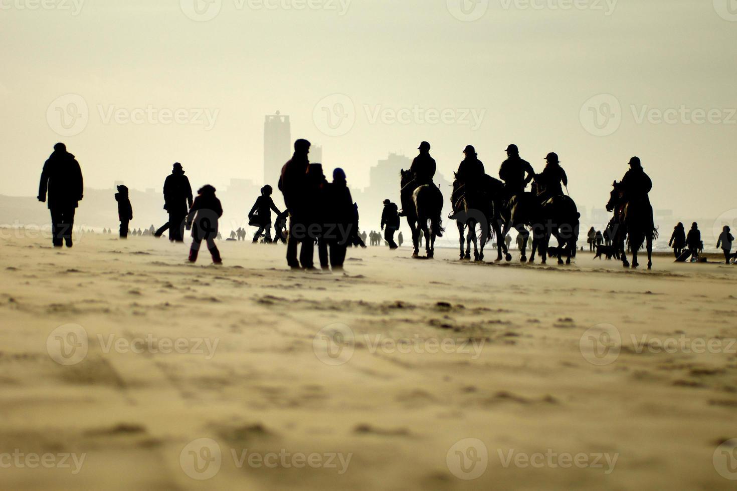 ruiters op het strand foto