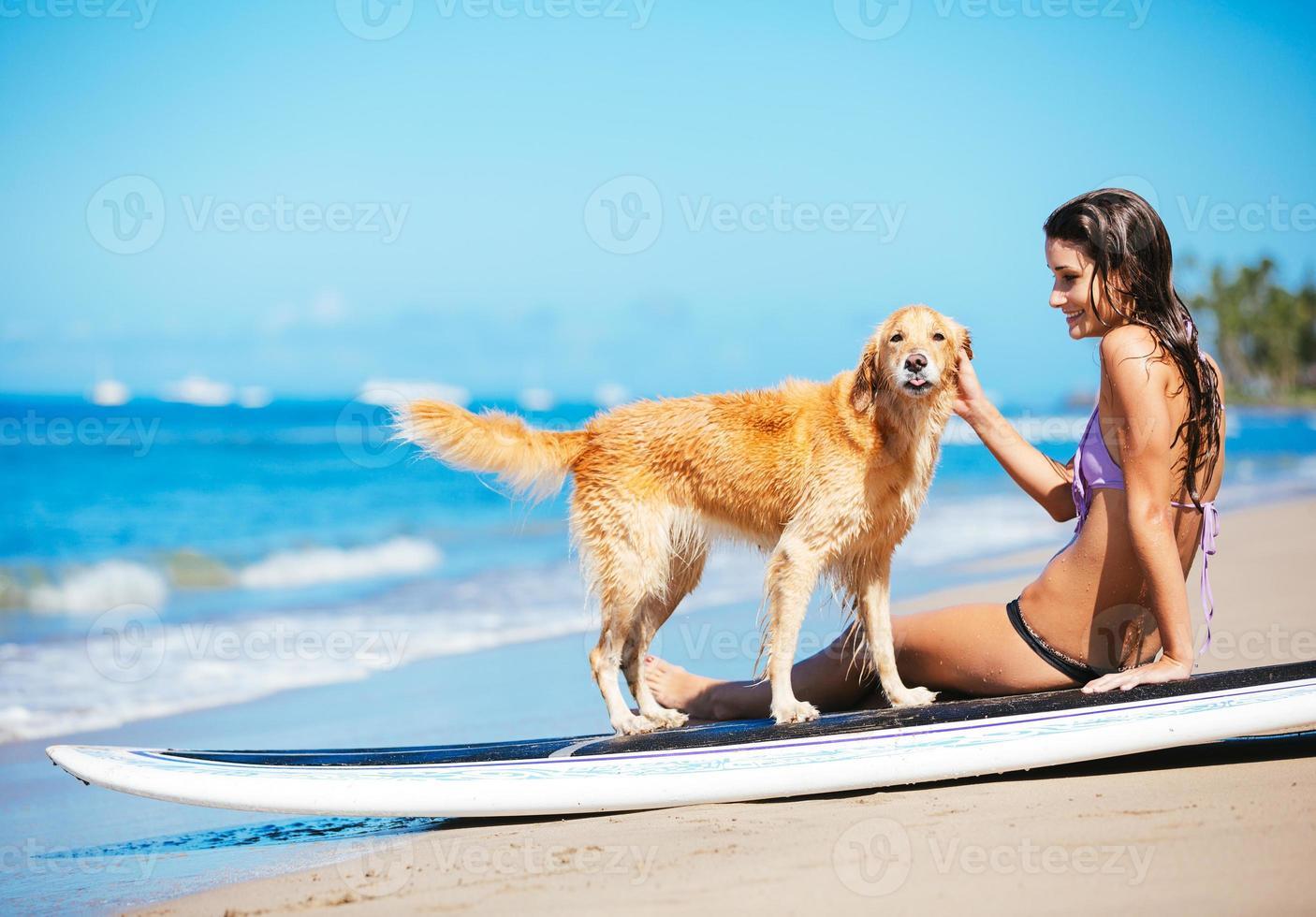 vrouw genieten van zonnige dag op het strand met haar hond foto