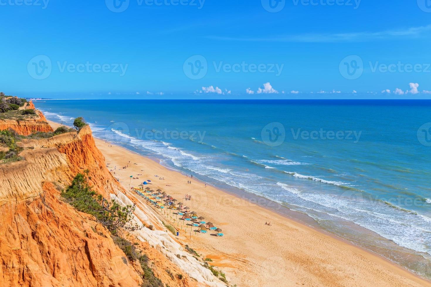 zonnig strand zomer zee Albufeira in Portugal. voor vakantieplezier. foto