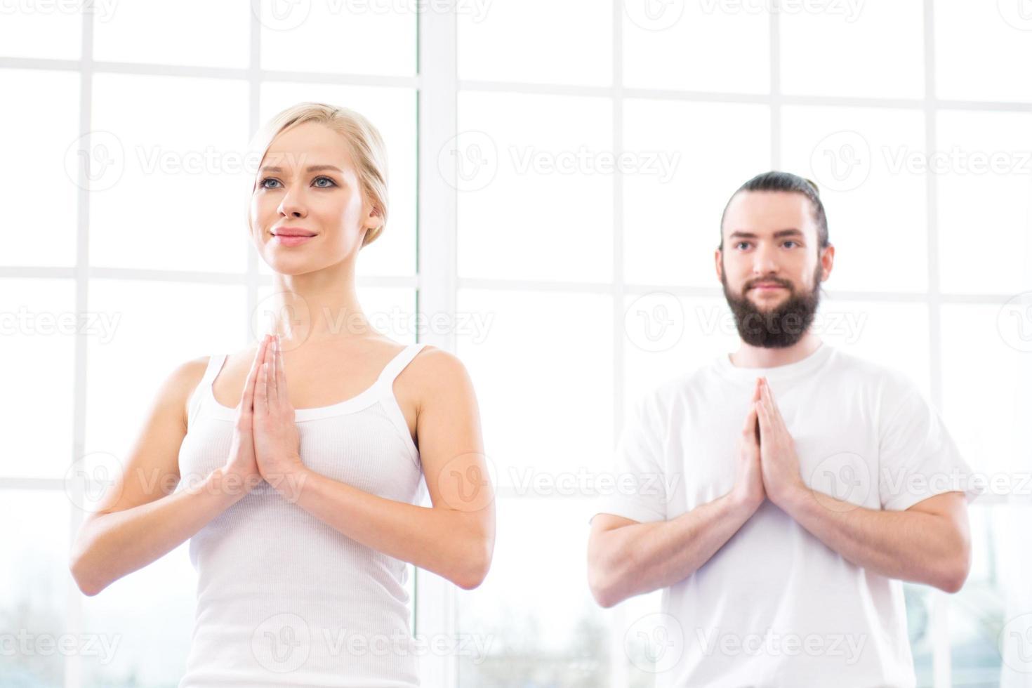 yoga concept met jonge vrouw en man foto