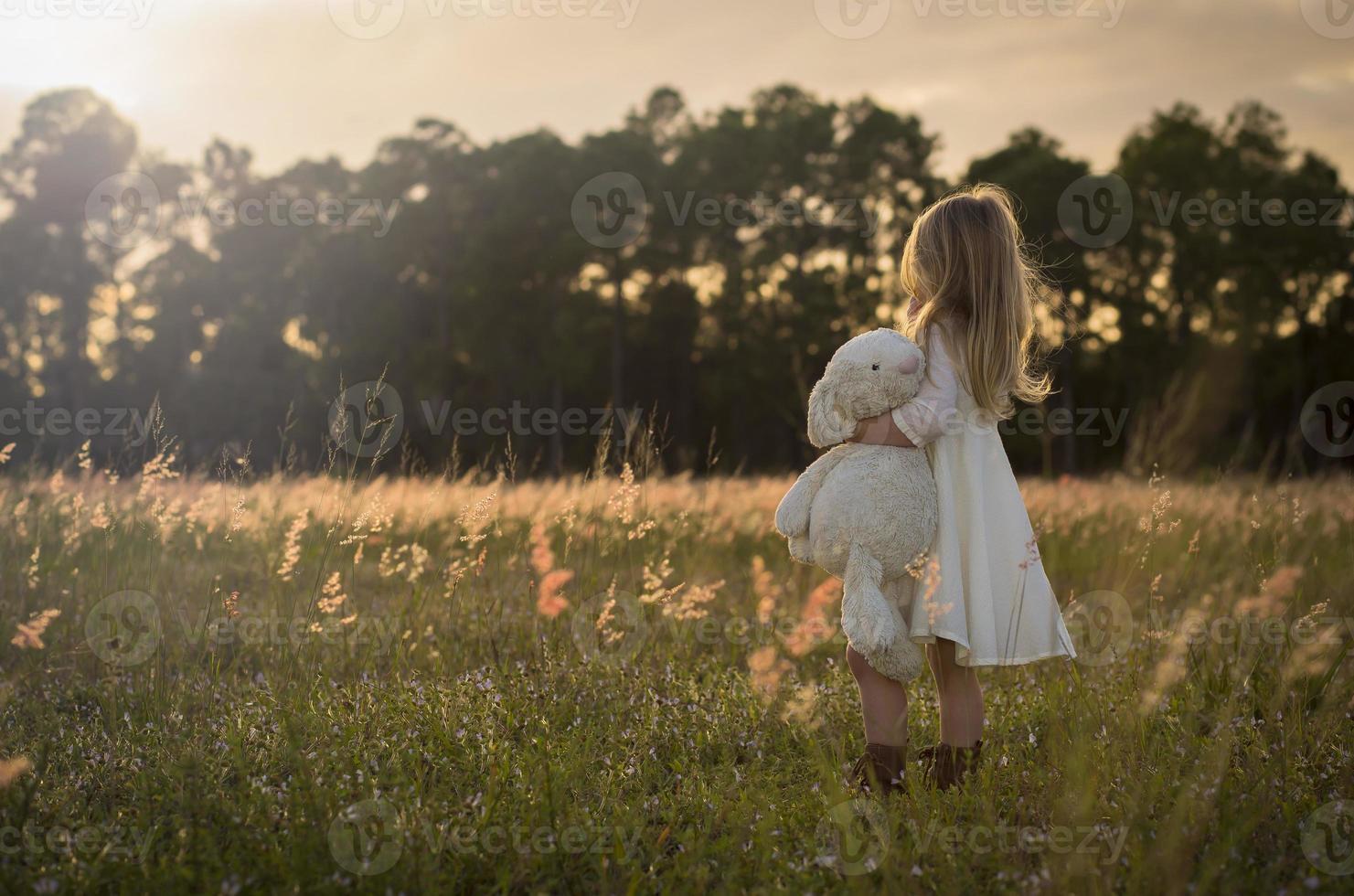 klein meisje in het veld foto