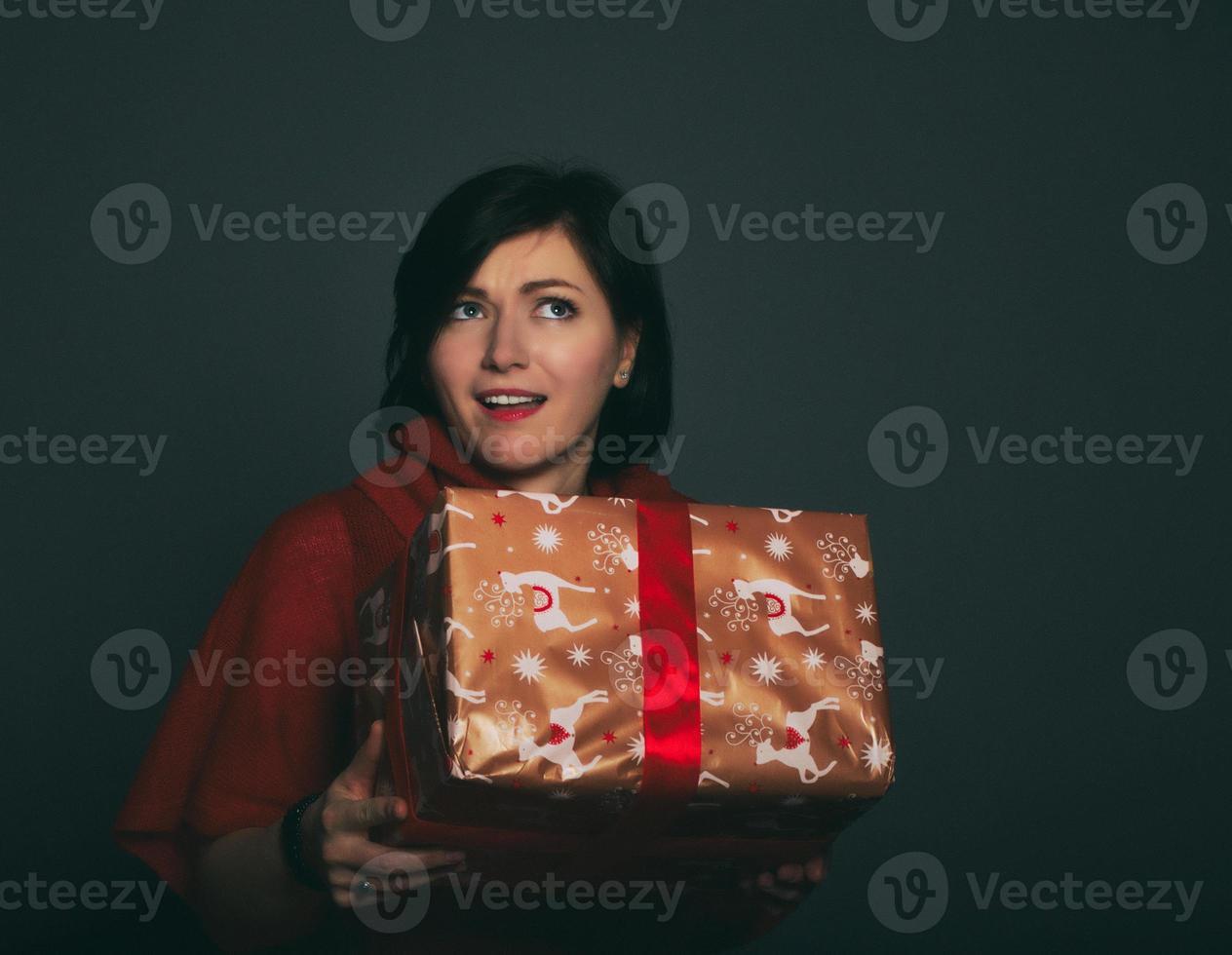 jonge vrouw die vroeg welk cadeau ze kreeg. foto
