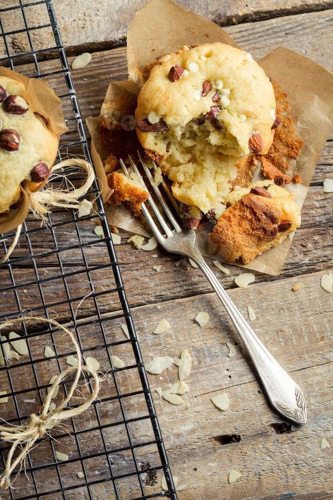 geniet van vers gebakken vanille muffins foto