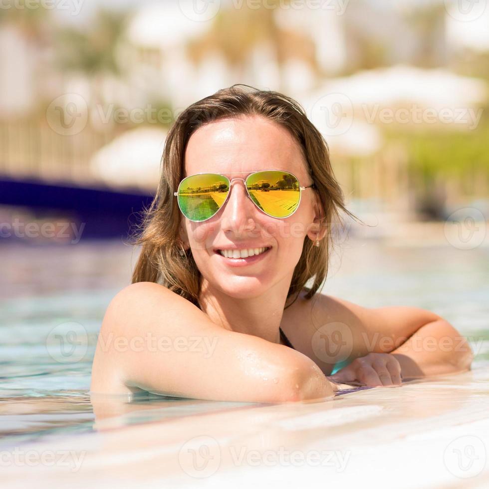 prachtige Europese vrouw genieten van zomervakantie foto
